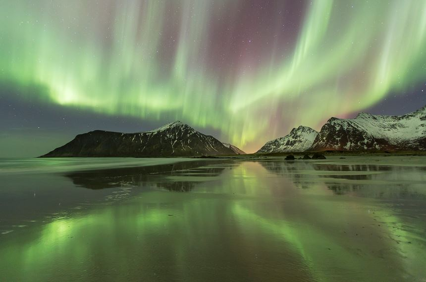Northern lights over Flakstadoya, Lofoten, Norway. - Photo: Peter Cairns