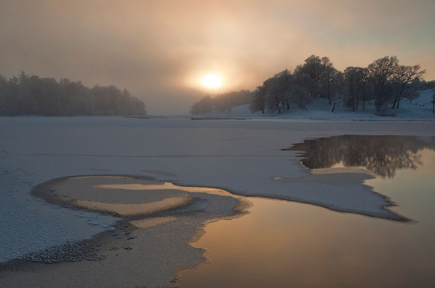 River Spey in winter, Cairngorms National Park, Scotland. - Photo: Peter Cairns