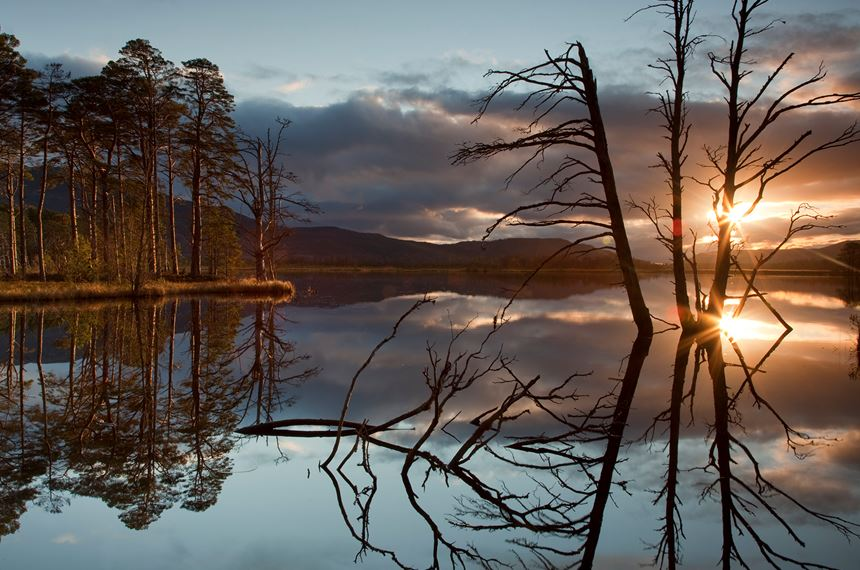 Sunset over Loch Mallachie, Scotland. - Photo: Peter Cairns