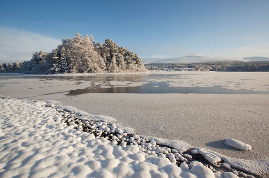 Frozen Loch Insh  in winter, Cairngorms National Park, Scotland. - Photo: Peter Cairns